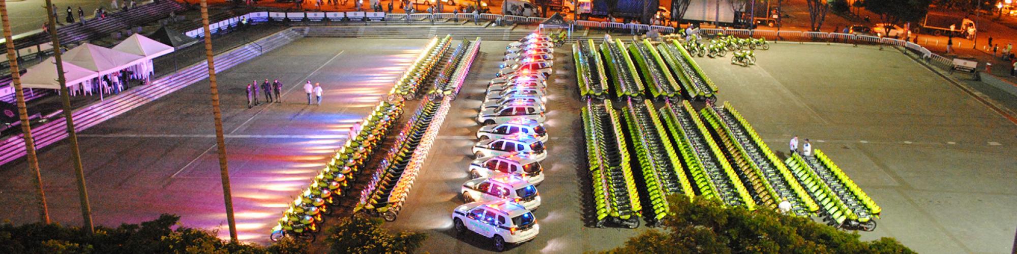 vehículos policiales formado en ilera frente a motocicletas