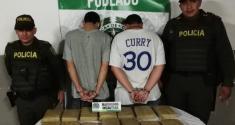 Policías de cuadrante custodian a capturados con marihuana en barrio Poblado de Medellín
