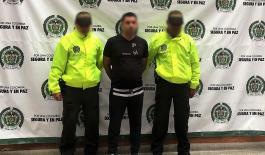 """Policías de la Sijin custodian a capturado de grupo delincuencial """"robledo"""""""