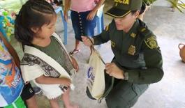 entrega-regalos-niños-comunidad-embera-chami-policia-valle-derechos-humanos