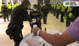 Momento de la entrega de kits a Policías de la estación Candelaria de Medellín