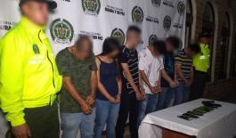 Investigadores de la Sijin custodian a capturados por extorsión a ciudadano español