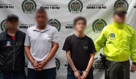 Funcionarios de la Sijin y el CTI custodian capturados por homicidio en Medellín