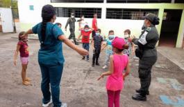 policia_entrega_ayudas_humanitarias_en_banco_arena_1