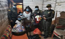 Cargados de regalos, policía llego hasta el barrio porvenir de Quibdó para alegrar la vida de una familia vulnerable.