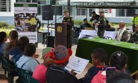 policía-ayuda-madres-cabeza-de-familia-en-Soacha