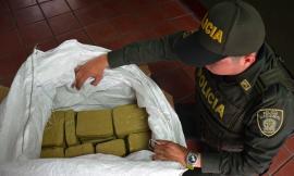 Policía revisa marihuana que era transportada en una caja