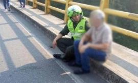Policía_en_girardot_evita_suicidio