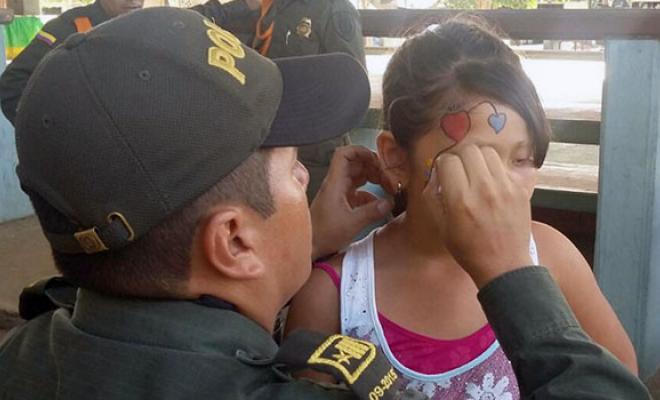 Con los ojos en sus hijos la polic a nacional adelanta labores preventivas para garantizar un - Seguro por meses ...
